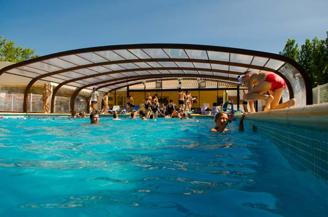 Heated and covered swimming pool in vias plage for Camping morbihan piscine couverte